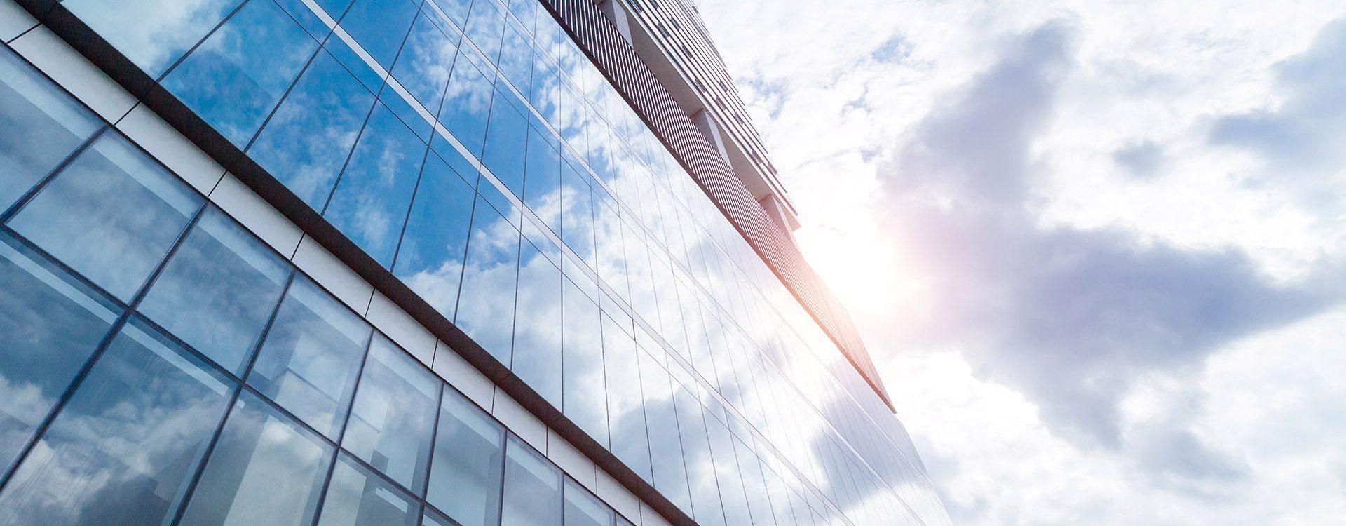 Fensterfolien auf Hochhaus für UV-Schutz, Sonnenschutz und Hitzeschutz